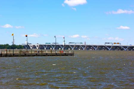 ナショナル ハーバー桟橋と、日当たりの良い夏の日に Woodrow Wilson 橋港のベンチやブリッジ桟橋を長い