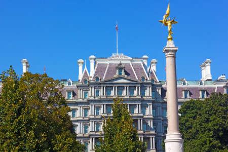 ejecutivo en oficina: La Primera Divisi�n de Monumento, de Washington DC. El monumento con el viejo edificio de la oficina ejecutiva en el fondo. Editorial