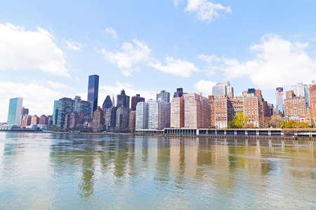 lower east side: Horizonte de Manhattan y el East River. Lower East Side de Manhattan frente al mar en la ciudad de Nueva York. Foto de archivo