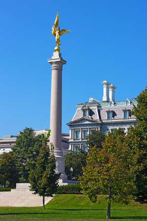 ejecutivo en oficina: La Primera Divisi�n Monumento de Washington DC. El monumento en una plaza en el Parque del presidente con el antiguo ejecutivo Office Building en el fondo.