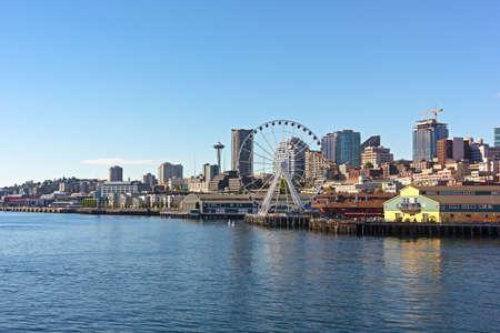 시내 퓨젯 사운드의 바다에서 시애틀에보기. 일몰 전에 시애틀 시내에서 교각 마천루와 관람차. 스톡 콘텐츠