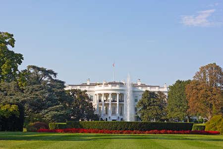 Das Weiße Haus, Washington DC, USA. Das Weiße Haus und Garten schön im frühen Herbst gehalten. Standard-Bild