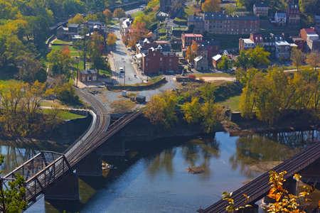 casa colonial: Vista aérea de Harpers Ferry histórico de la ciudad en otoño. Harpers Ferry National Historical Park en West Virginia, EE.UU.. Foto de archivo