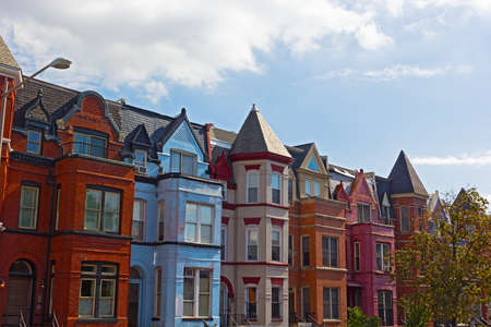 워싱턴 DC, 미국에서 붉은 벽돌 행 주택. 미국 수도에서 마운트 버넌 스퀘어의 역사적인 도시 건축.