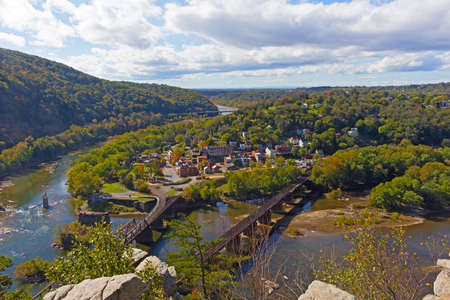 Potomac and Shenandoah rivers meet each other at Harpers Ferry historic town and park, West Virginia, USA. Autumn landscape with forests, mountains and rivers to the horizon. Stockfoto