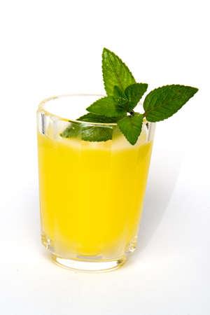 zomers drankje: Koude zomer drankje met munt Stockfoto