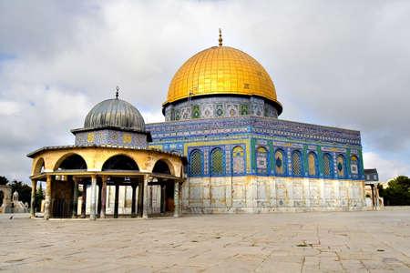 mezquita: Amazing estrecha vista de la mezquita de c�pula dorada con el peque�o domo cerca de (Jerusal�n, Israel)  Foto de archivo