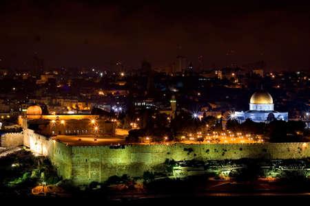 Vista nocturna de Jerusalén con la cúpula de la Mezquita de Oro (Jerusalén, Israel)  Foto de archivo - 2043827