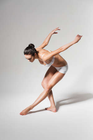 bending down: bailarina agacharse a la pierna