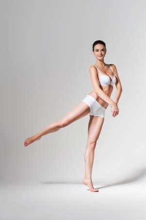 wit ondergoed: dansende ballerina in wit ondergoed Stockfoto