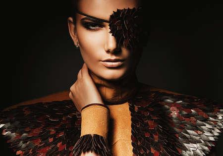 mujer pirata: mujer pirata sexy en accesorios de cuero marr�n