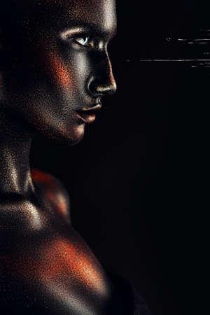maquillaje de fantasia: mujer en la pintura negro con gotas de pintura Foto de archivo
