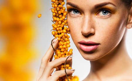 argousier: portrait de femme avec la branche jaune de l'argousier Banque d'images