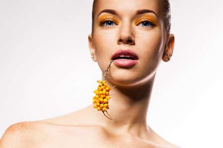 argousier: femme avec la branche jaune de l'argousier