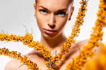 argousier: jeune femme et les branches jaunes de l'argousier