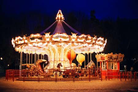 carnaval: iluminado carrusel retro en la noche Foto de archivo