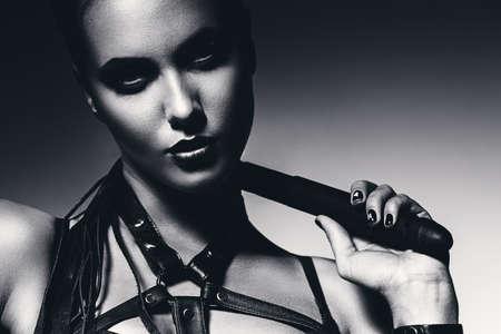 domination: Retrato del BW de la mujer con el l�tigo en el cuello