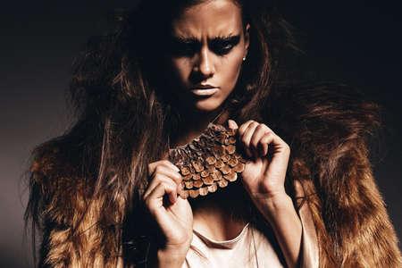 manteau de fourrure: femme agressive chaud manteau de fourrure