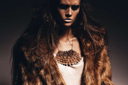 manteau de fourrure: femme agressive sexy en manteau de fourrure Banque d'images