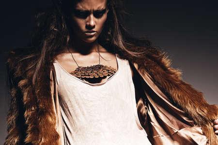 manteau de fourrure: femme agressive en manteau de fourrure