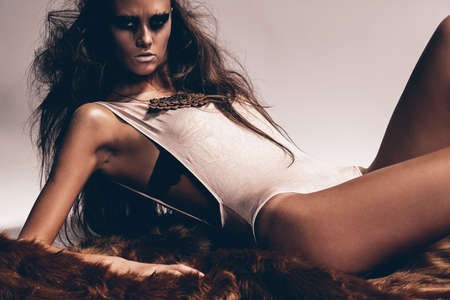 manteau de fourrure: femme chaude se trouve sur le manteau de fourrure brune