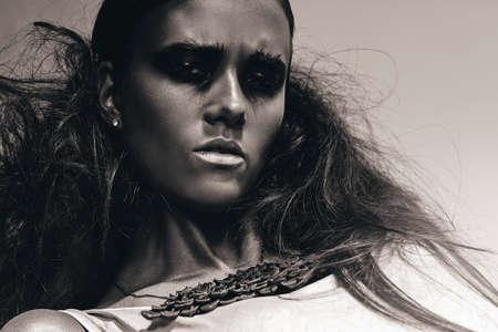 ojos negros: monocromo retrato de mujer con ojos negros Foto de archivo