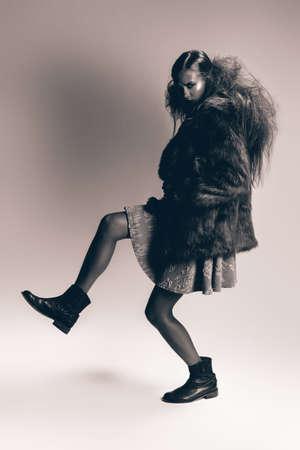 manteau de fourrure: monochrome femme posant dans manteau de fourrure