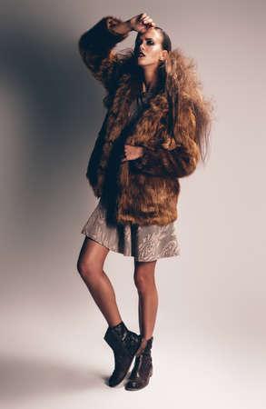 manteau de fourrure: femme sensuelle en manteau de fourrure brune Banque d'images