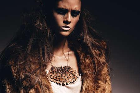 manteau de fourrure: femme agressive sexy en manteau de fourrure brune Banque d'images