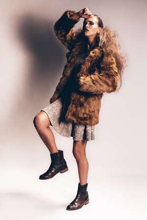 manteau de fourrure: femme sexy posant en fourrure manteau et ses bottes