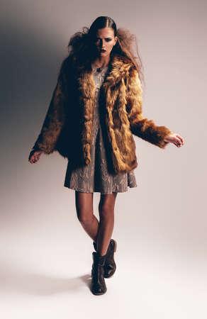manteau de fourrure: femme en bottes et manteau de fourrure Banque d'images