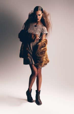 manteau de fourrure: femme en robe et manteau de fourrure