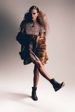 manteau de fourrure: femme en manteau de fourrure et robe