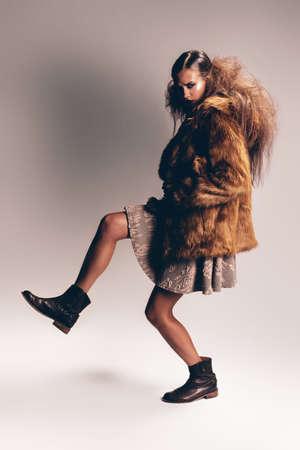 manteau de fourrure: femme posant en manteau et ses bottes de fourrure