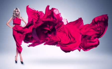 moda mujer: mujer rubia en vestido rosa de viento Foto de archivo