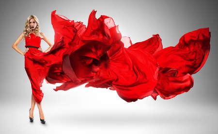 mujeres fashion: mujer rubia en vestido rojo viento