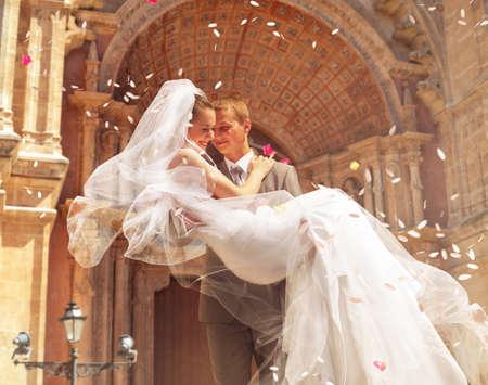 verlobung: Br�utigam, der Braut in der N�he der Kirche Lizenzfreie Bilder