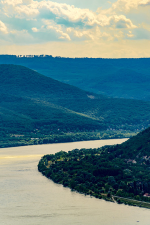 Panoramic landscape of river and mountains, high angle. Scenic View of Danube Bend and Pilis Mountains, Visegrád, Hungary. 免版税图像