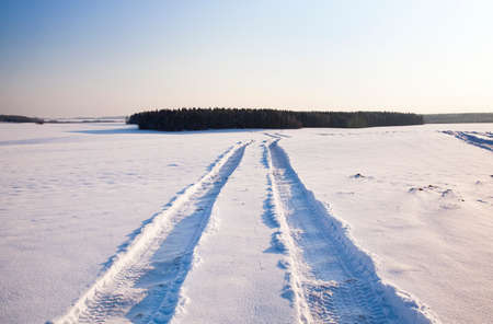 remained: the traces of the car which have remained in a field, covered with snow