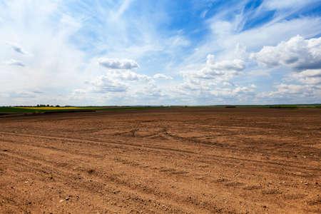 作物を植えるため耕されている農業のフィールド。春。クローズ アップ 写真素材