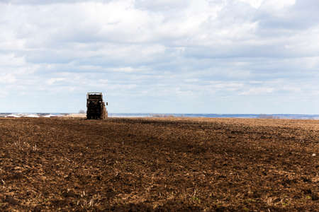 ugliness: Agricultural field on which the old tractor to spread manure to fertilize the land