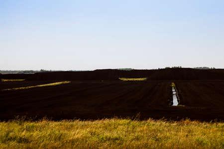 turba: foto del campo, que se recoge la turba, la estación del otoño