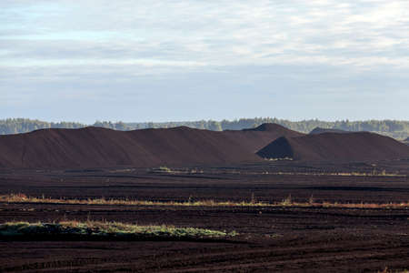 dragline: quarry, where extraction is carried black peat, the summer season, the industrial production of minerals