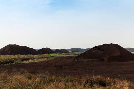turba: an area in which production is carried black peat, peat mountains Foto de archivo