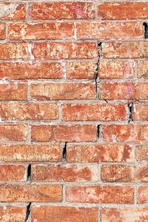 paredes de ladrillos: fotografiado de cerca parte de la pared del edificio. Ladrillo viejo rojo Foto de archivo