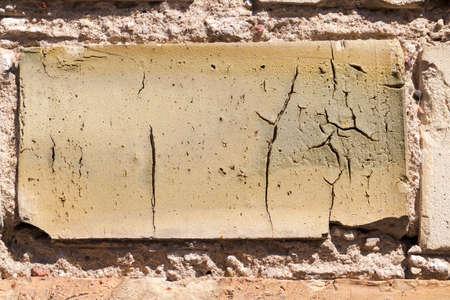paredes de ladrillos: fotografiado de cerca parte de la pared del edificio. antigua fábrica de ladrillo de color naranja