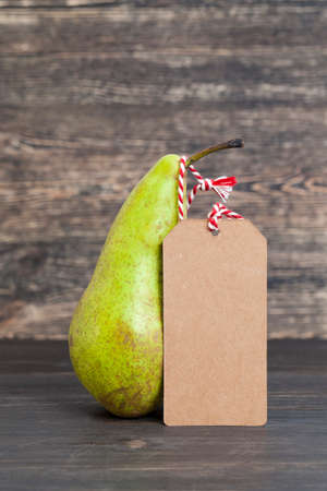 one pear in a store with a label for price or discount, fruit details at the time of sale 版權商用圖片