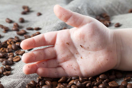 dirty hand from crumbs and rubbish from mature palms of coffee lying in palms Stockfoto
