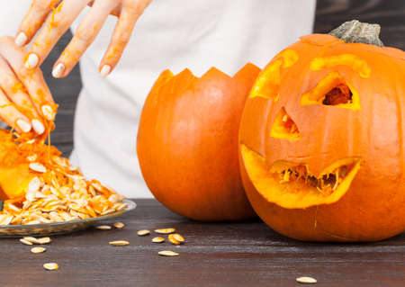 prepare another small pumpkin to celebrate Halloween, cleans and pulls the insides
