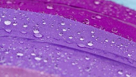 Cubierto con pequeñas y grandes gotas de agua, un paraguas de calidad que protege de las precipitaciones, la lluvia exterior.